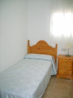 habitación con una cama individual