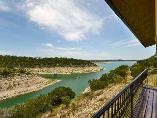 Shiraz Haus: Lakefront Villa on Vineyard, 45 Mins from Downtown Austin