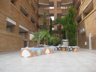 Patio interior del residencial con zonas ajardinadas y guarda bicis