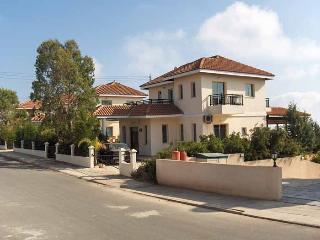 Superb 4 Bedroom Villa + Pool, Peyia