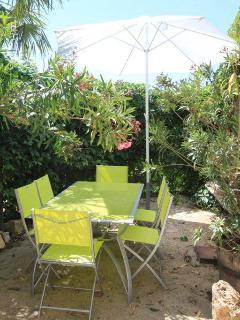 La terrasse privative du gîte chez Henriette & Totor pour pouvoir manger au chant des cigales