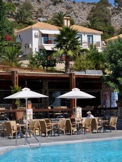 villa and the swimmingpool