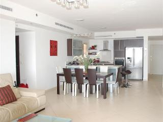 Royal Residence - Stunning 3 bedroom apartment with pool in South Beach, Netanya