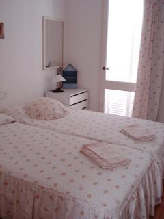 Twin bedroom with access to the patio