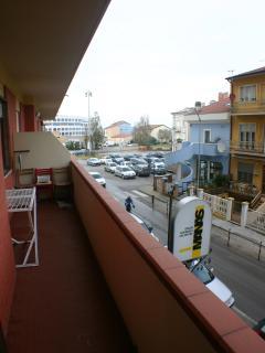 Vista dal balcone sulla via principale, pista ciclabile e Largo Monte Conero