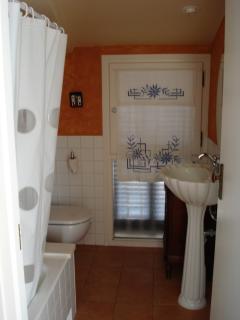 Upstairs bathroom with bath/shower