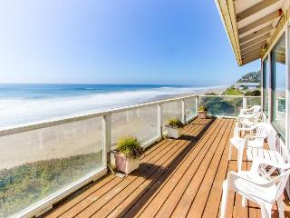 Dog-friendly house w/ fantastic oceanfront location, steps to the beach, Gleneden Beach