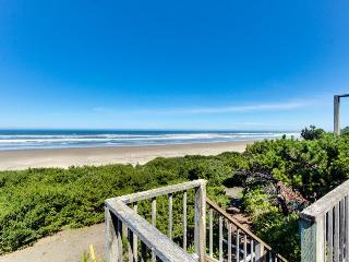 Oceanside Big Stump Beach getaway - dog-friendly, romantic, and cozy!, Waldport