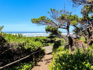 Oceanfront, dog-friendly suite w/ Pacific views and beach access, Waldport