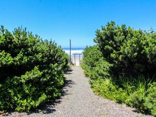 Beachside studio w/full kitchen &  ocean views—pets okay!, Waldport
