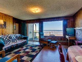 Sweet, dog-friendly, waterfront getaway - walk to beach!, Waldport