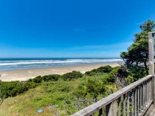 Dog-friendly oceanside cottage - 2 units in 1. Easy access to secluded beach!
