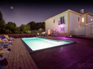 Casa da Borboleta, is a modern luxury apartment with private pool and hot tub, Obidos