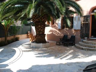 Antibes holiday villa near the beach with private garden, sleeps 9, Juan-les-Pins