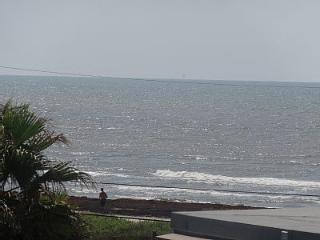 Sea La Vie! Ocean Views! Steps to beach!, Galveston