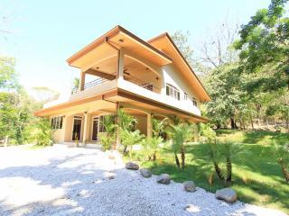 Modern Rustic Villa, Walk 2 Beach & Relax Poolside
