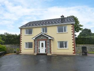 SKELLIG ARD, open fire, pet-friendly, ground floor bed and bath, in Clonbur, Ref