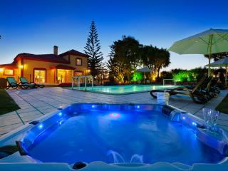 Casa Grande - 6 Bedrooms, outside kitchen, fenced pool, wheelchair friendly, Porches