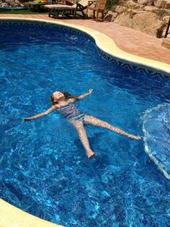 Relaxing in the pool is child's play!
