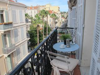 Elegant balcony apartment in central Cannes