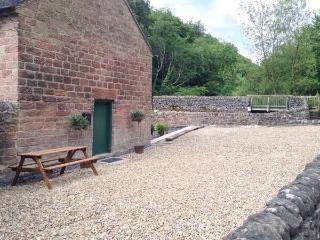 THE MALTHOUSE, en-suite facilities, feature beams and stonework, WiFi, garden an