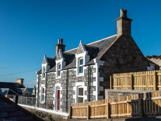 Station Road Holiday Cottage; sea views, wi-fi, Buckie