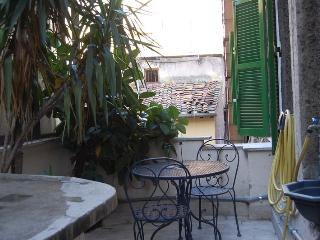 Pantheon Quiet Two Bedroom Apartment