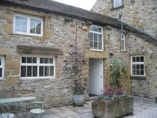 Beautiful Cottage with parking in centre of Bakewell for up to 6 people.