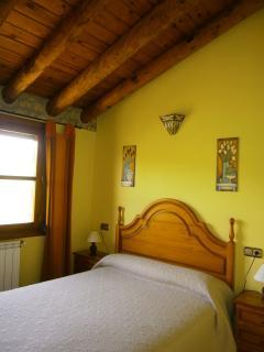 Dormitorio 1 con techos de madera