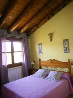 Dormitorio 2 con techos de madera