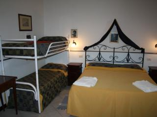 1 Queen 2 single beds suite 5* Farm Hotel Q5, San Piero Patti
