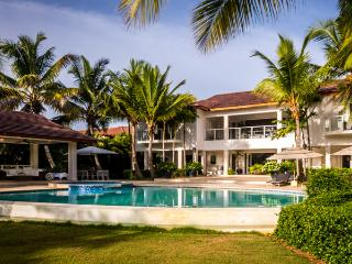 Spacious Modern Villa, Full Staff inc. Cook, Swimming Pool and Jacuzzi, AC