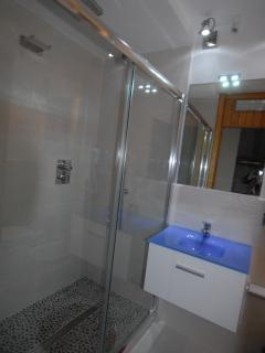 bathroom with large shower with cromotherapy, waterfall, water massage