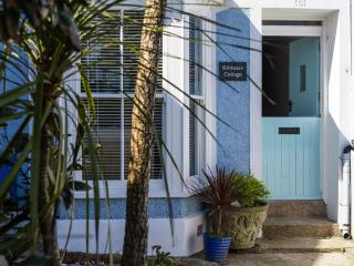 Kittiwake Cottage, dog friendly with harbour views, St Ives