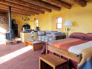 'Tire House Studio' - Between Taos & Santa Fe, Super Tranquil w/ Private Hot Tub