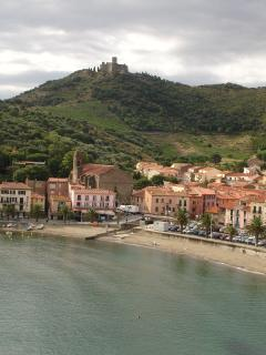 Collioure: Town and the vineyards ...
