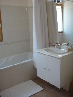 Upstairs bathroom+WC.