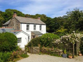 THE FARMHOUSE, en-suite, woodburner, peaceful location, near Coverack, Ref