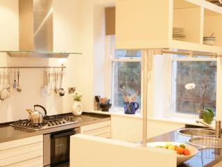 268 Sharp, contemporary and sociable kitchen, all utensils provided making it a perfect space