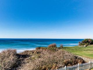 Ocean front with private hot tub & gorgeous views!, South Beach