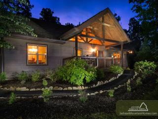 Riversong Romance  Luxury  Mtn View  Hot Tub  Fenced Yard  Free Nights, Gatlinburg