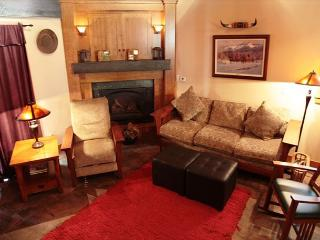 Beautiful 5 star 2 bedroom 2 bath condo walking distance to Canyon Lodge., Mammoth Lakes