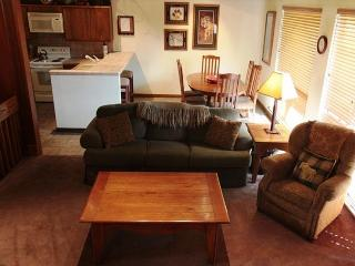 Large & spacious 4 bedroom 2 bath walking distance to Canyon Lodge., Mammoth Lakes