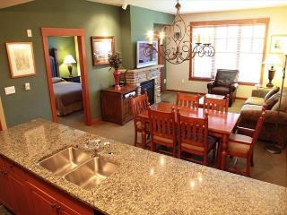 Gorgeous 5-star, 2 bedroom, 2 bathroom in the heart of the Village!, Mammoth Lakes