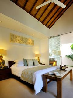 Bedroom 1 with overheigh ceilings