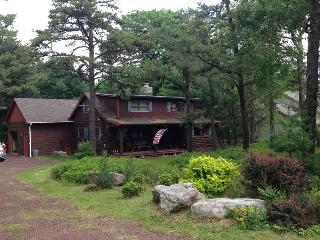 Cozy Four bedroom Log Cabin home bring your smores, Lake Harmony