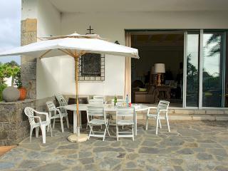 Hiru Anaiak -Terrace and living-room at the back