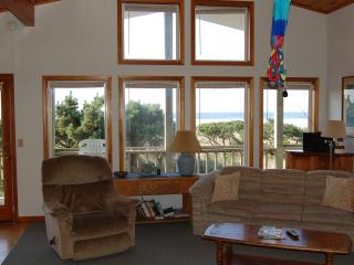 Jeske's Beach House ~ Ocean Front ~ Sleeps 14, Rockaway Beach