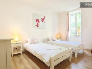 Twin bedroom overlooking quiet garden