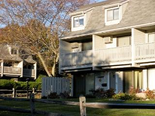 Harbor's Corner: 2 bedroom condo one block from Good Harbor Beach!, Gloucester